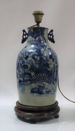Vase asiatique monté en lampe. Hauteur 37cm. Col coupé, égrenures