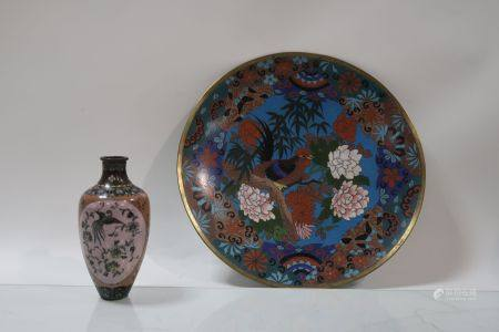Lot comprenant un vase et une assiette en émaux cloisonnés à décor d'oiseaux. Hauteur du vase 1