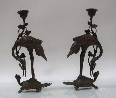Paire de bougeoirs en bronze figurant des grues sur des tortures. Chine, XIXème siècle. Hauteur