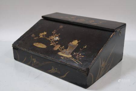 Ecritoire en bois laque à décor de branchages et objets mobiliers. Signé. 13x30x23cm. Manques
