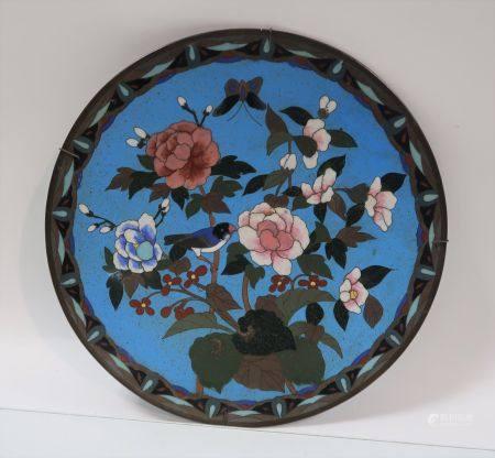 Plat en cuivre et émail cloisonné à décor de branchages, oiseau et papillon. Japon, vers 1900.