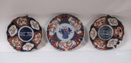 Lot de 3 assiettes en porcelaine à décor imari, dont une paire. Diamètres 21cm et 22cm