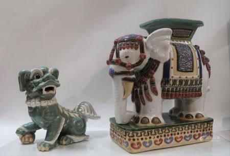 Lot de deux importantes faïences asiatiques modernes comprenant un éléphant formant une sellett