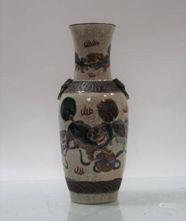 Vase en porcelaine de Nankin à décor de chichis. Hauteur 26cm