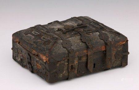 COFFRET à couvercle à quatre pentes à âme en bois recouvert de cuir incisé. [...]