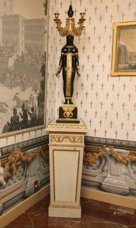 PAIRE D'IMPORTANTS CANDELABRES à quatre lumières en forme de cariatides Style [...]