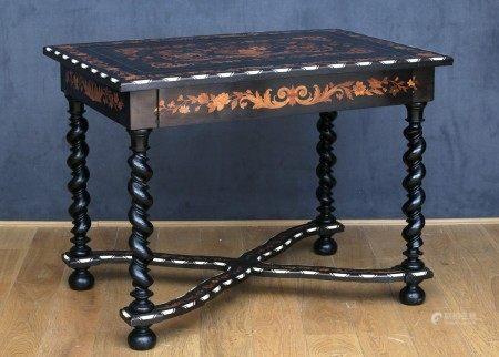 TABLE DE MILIEU Style Louis XIII - Fin du XIXème Siècle Bois noirci marqueté de [...]