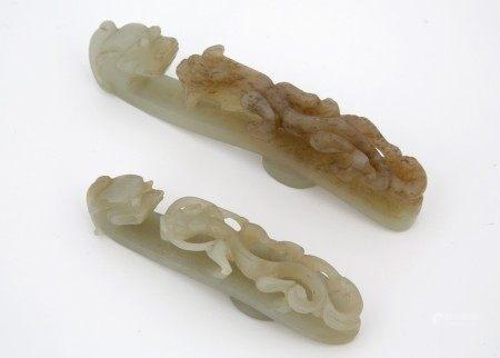 CHINE XIXème Siècle - LOT DE DEUX FIBULES en jade céladon finement sculptée de [...]