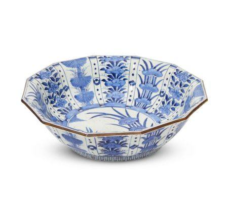 A Japanese Arita porcelain dodecahedral bowl, late edo period, painted in underglaze blue with