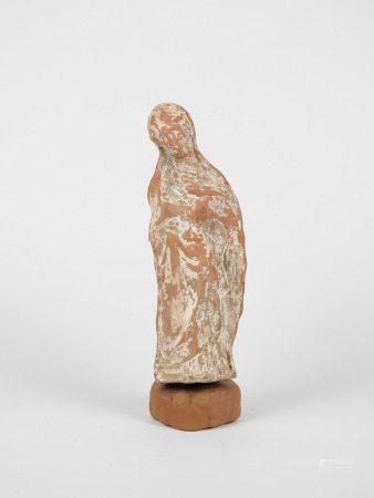 Statuette de type tanagréen. Terre cuite.Epoque gréco-romaine.Concrétions et [...]