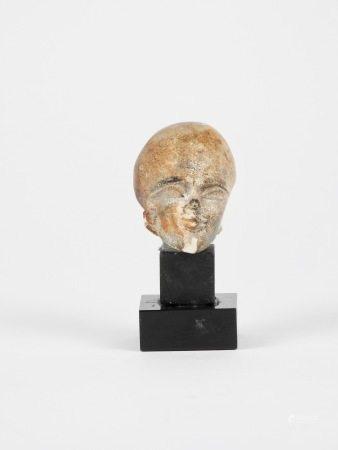 Tête au crâne rasé de type amarnien.Calcaire patiné.en l'état.H :4cm. -