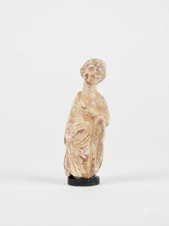 Statuette féminine.Terre cuite à restes d'engobe.Style gréco-romain.Manque la [...]