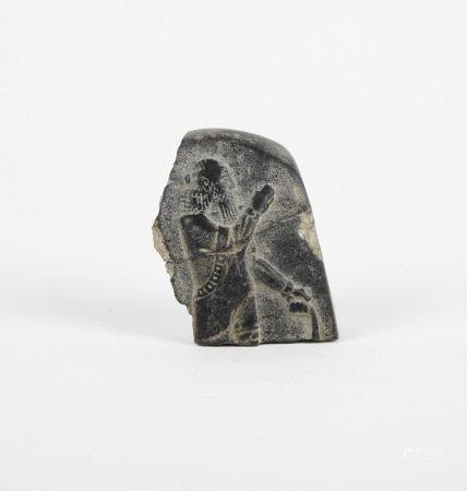 Fragment de stèle au dignitaire oriental.Pierre dure verte.Cassé collé.Style des [...]
