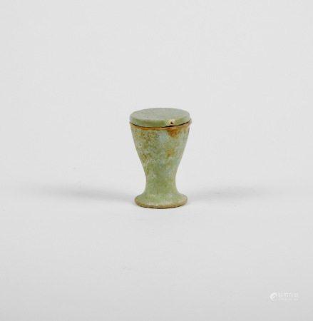 Gobelet de fondation anépigraphe avec couvercle. Fritte.Epoque ptolémaïque. Circa [...]