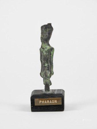 Pharaon sous forme de divinité marchant.Bronze. Probablement le Dieu [...]