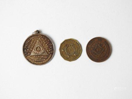 Médaille (rare loge israélienne) et deux jetons maçoniques .XIX- XX è s. -