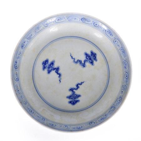 青花雲紋盤 (大明成化年製款)