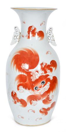 清 礬紅獅紋雙耳瓶