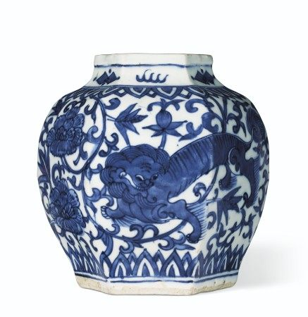明十六/十七世纪 青花瑞狮纹六棱罐 MING DYNASTY, 16TH-17TH CENTURY