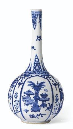 清康熙 青花博古图长颈瓶 KANGXI PERIOD (1662-1722)