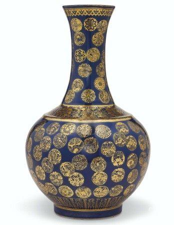 清光绪 蓝地描金团花纹赏瓶 六字楷书款 GUANGXU SIX-CHARACTER MARK IN UNDERGLAZE BLUE AND OF THE PERIOD (1875-1908)