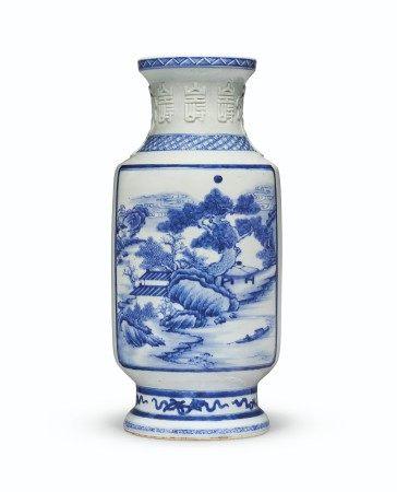 清十八世纪 青花开光山水图大瓶 18TH CENTURY