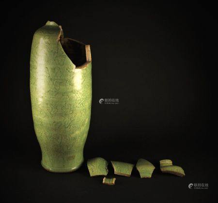 明代早期龙泉青釉刻缠枝莲纹梅瓶
