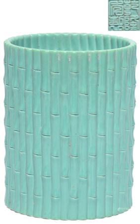 松綠釉地捆竹筆筒 - '乾隆年製' 款