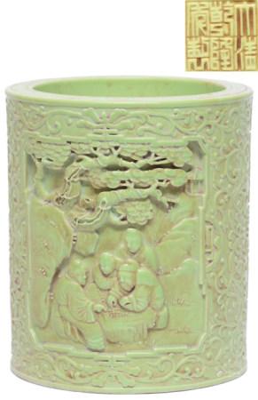 綠釉雕瓷松下人物筆筒 - '大清乾隆年製' 款