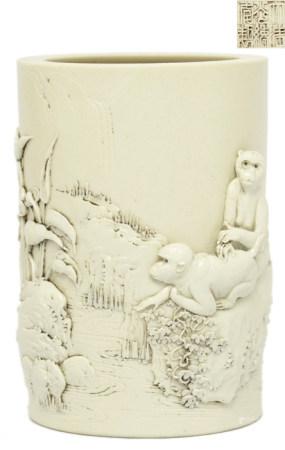白釉雕瓷山水靈猴筆筒 - '大清光緒年製' 款