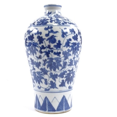 A Chinese blue and white porcelain Meiping narrow-necked vase, hand painted decoration with 6