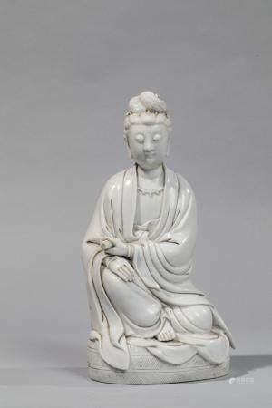 Le Boddhisattva Kwan Yin assis en délassement vêtu…