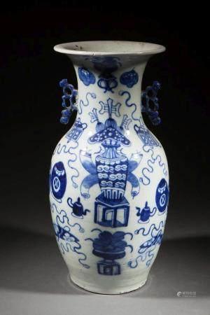Vase balustre en porcelaine blanche décoré en bleu…