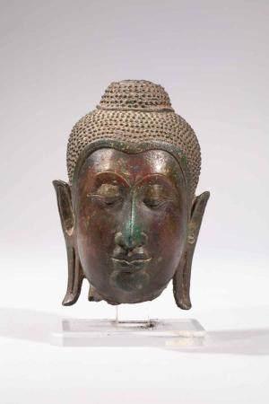 Tête de Buddha à l'expression sereine les yeux mi …