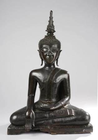 Bouddha Maravijaya assis sur un haut socle en post…