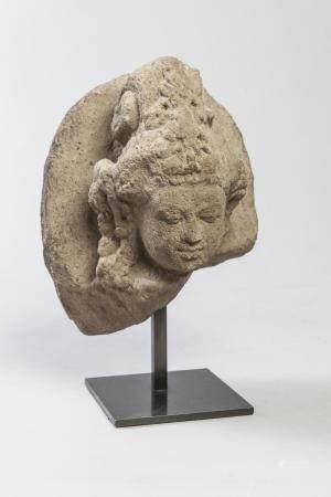 Tête de Shiva coiffée d'un haut chignon retombant…