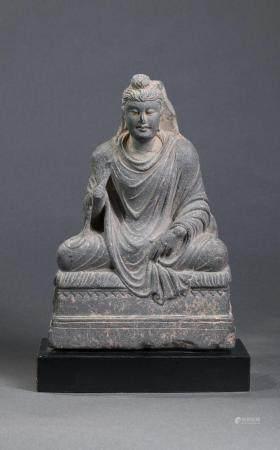 Buddha Maïtreya, assis en méditation sur un socle …