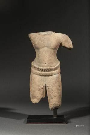 Torse de divinité masculine vêtu d'un sampot court…