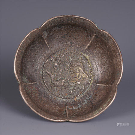 A CHINESE CARVED CAPRICORN FISH FLOWER MOUTH PURE SILVER BOWL