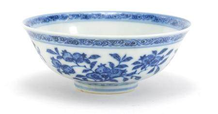 Chinese blue and white porcelain bowl hand painted with fruits and flowers, six figure Qianlong