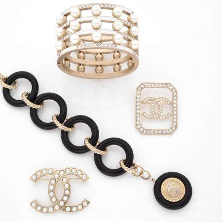 CHANELBroche sigle en métal doré mate rehaussée de perles d'imitation blanches