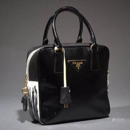 PRADASac 23 cm en cuir noir et blanc, garniture en métal doré, fermeture éclair, double poignée