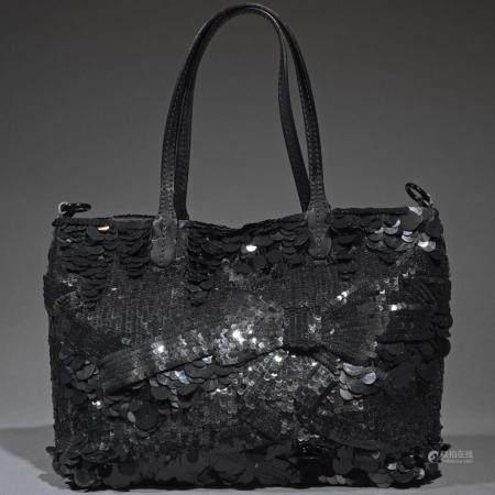 VALENTINOSac 31 cm en tissu noir entièrement brodé de sequins noirs, fermeture pression aimanté