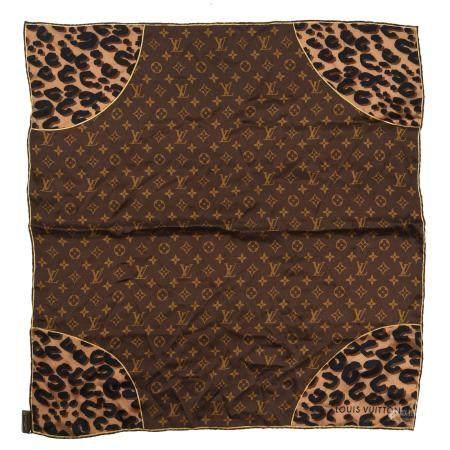 LOUIS VUITTONUn petit carré en soie imprimée à motifs Monogram sur fond marron et empiècements