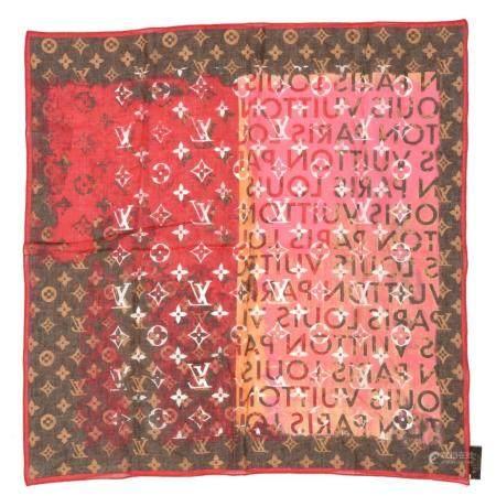 LOUIS VUITTONPetit carré en coton imprimé Monogram à fond rouge et marron
