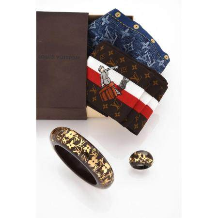 LOUIS VUITTONDemi-parure comprenant un bracelet jonc et une bague, en bakélite transparente à f
