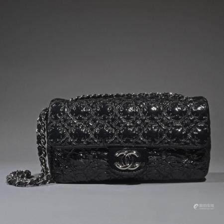"""CHANELSac """"Timeless"""" 26 cm en cuir vernis noir, garniture en métal argenté, fermoir siglé sur r"""