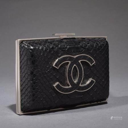 CHANELPetite pochette 15 cm en python noir, garniture en métal argenté, important sigle sur le