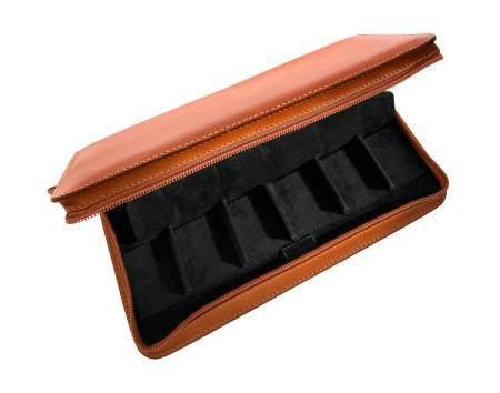 CAMILLE FOURNETHousse de transport en cuir marron permettant de ranger 8 montres.Dimensions : A