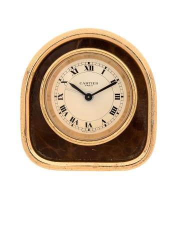 CARTIER VERS 1980Réf : 7504N° 06352Pendulette de type borne en métal doré, cadran blanc, index